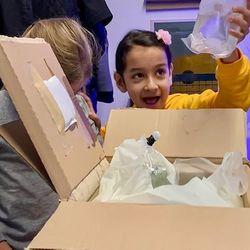 Diese Woche haben wir die Aquarien AG einer Grundschule in Wiesbaden mit einem Clownfisch-Paar und einigen Korallen versorgt. Um das Paket schnellstmöglich auszupacken durften die 10 Schülerinnen und Schüler sogar spontan den Unterricht verlassen - wenn das mal kein Grund ist! 😄 . Gemeinsam mit...